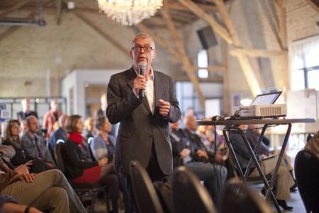 Dr. Peter Ettler, Präsident der Schweizerischen Lärmliga bei seinem Vortrage in der Festen Scheune Berlin-Buch